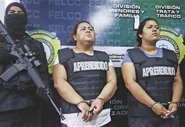 Yocelín Arce (izq.) dijo que adoptó a la niña porque es estéril; no ve delito en su acto. Al lado, su hermana