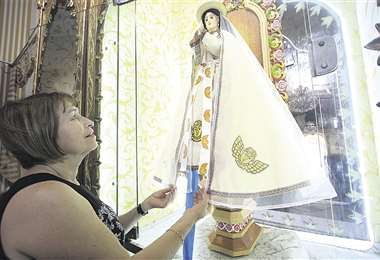 Juanita Gutiérrez viste la imagen desde 1992. La Mamita luce un traje bordado con motivos chiquitanos. Foto:  Jorge Uechi