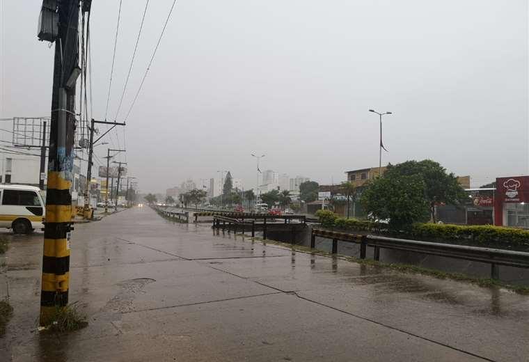 Una intensa lluvia cae desde la madrugada en Santa Cruz