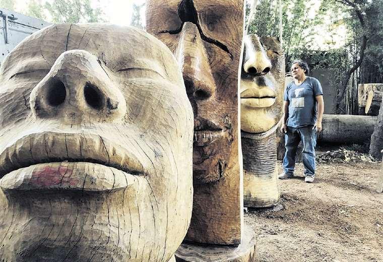 Antes del montaje, el escultor examina las obras que presentará en A fuego y gubia. Foto: MANZANA 1
