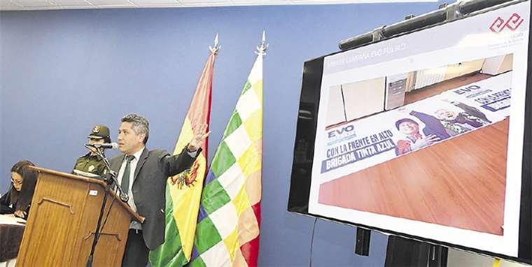 La ministra R. Lizárraga y el gerente de la empresa, C. Rojas (f), informaron en la Casa Grande del Pueblo. Foto: ABI