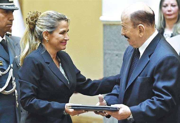 Añez presentó al vocal delegado del Ejecutivo ante el Tribunal Electoral de Santa Cruz, Mario Parada. Foto: ABI