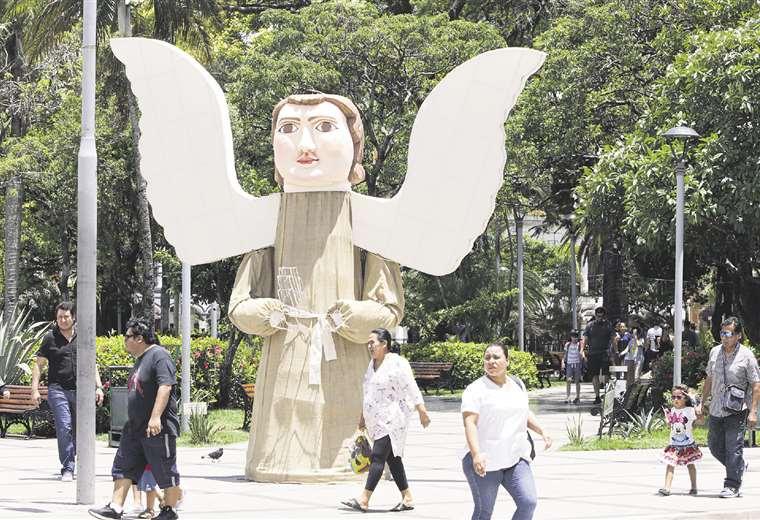 Los adornos de la plaza 24 de Septiembre este año están a cargo de la Dirección de Alumbrado Público. Foto: Hernan Virgo