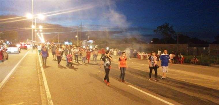 Los feligreses caminan rumbo a Cotoca. Foto: Leyla Mendieta