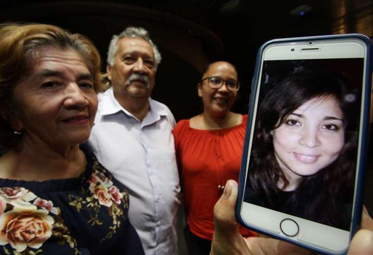 María Luz Lobo y Leandro Noé, tíos adoptivos de Pamela, muestran una de sus fotos. Foto: Jorge Uechi