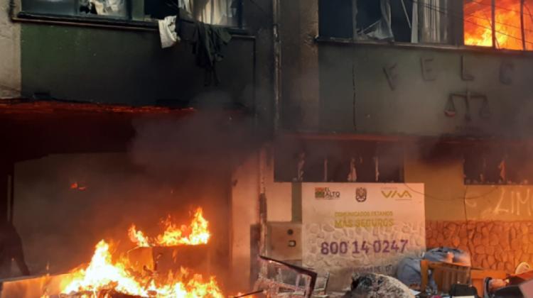 Una sede policial quemada en El Alto. Foto: ANF