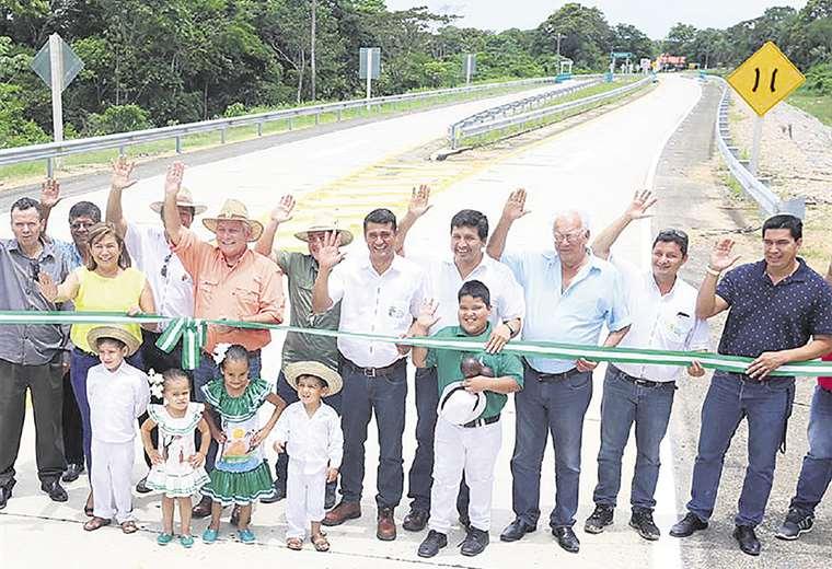 Rubén Costas junto a vecinos y autoridades de Portachuelo en la ruta