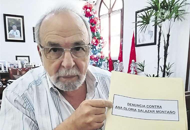 El secretario municipal Jorge Landívar muestra la denuncia
