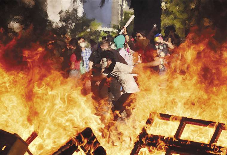 Las protestas continúan en Santiago y otras ciudades de Chile pese a la convocatoria a una reforma de la CPE. Foto: AFP
