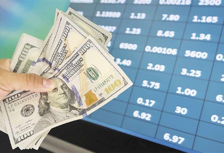 Salen más divisas al exterior que las que ingresan, dicen expertos