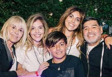 Claudia Villafañe, Dalma, Giannina, Diego Armando Maradona junto a su nieto Benjamín Agüero volvieron a reunirse en una foto familiar. Foto: Instagram