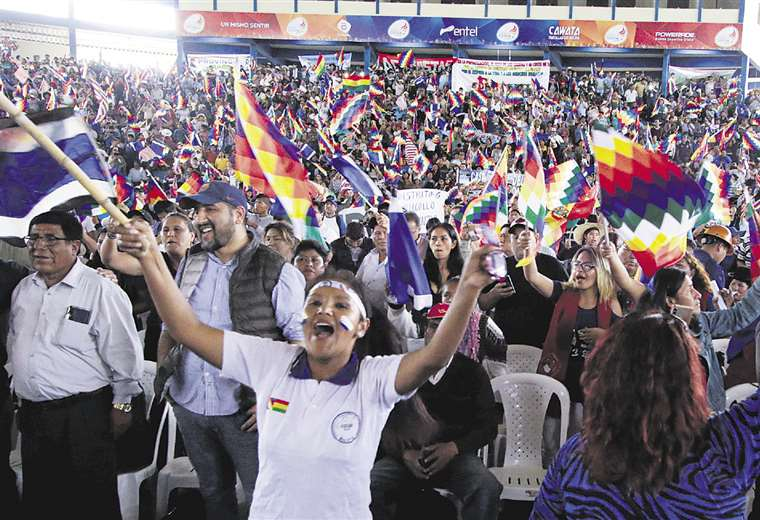 Los masistas se reunieron en Cochabamba y escucharon por celular el mensaje de su líder histórico. Foto: APG