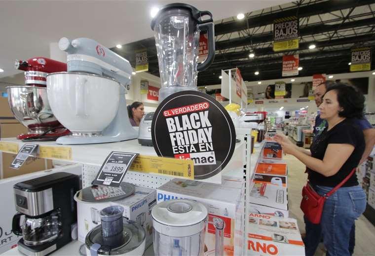 Actividad. La campaña de venta Black Friday, en la temporada de fin de año, dinamiza la economía e impulsa las ventas en varios negocios de la ciudad. Foto: Hernán Virgo