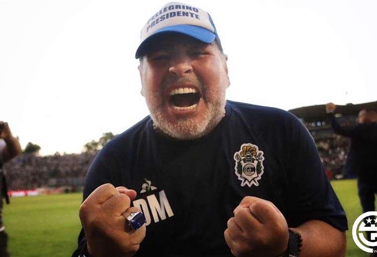 Maradona festeja su primer triunfo de local al mando de Gimnasia y Esgrima de La Plata. Foto: Twitter