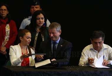 La ministra de Planificación Mariana Prado, Fernando Echegaray en representación de ADP y el ministro de Obras Públicas Oscar Coca, firmaron el memorándum de entendimiento para potenciar Viru Viru