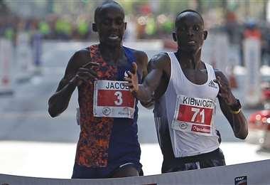 Kiplimo se sorprende ante la remontada de Kandie. Foto: AFP