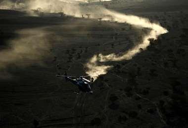 Hermosa imagen al amanecer de este viernes. Un helicóptero de la organización sigue al líder Brabec, que, por la velocidad, deja su huella en el desierto árabe. Foto.  AFP