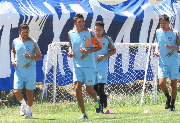 Marcelo Gomes, Marcos Barrera, Jorge Áñez (atrás) y uno de los juveniles de San José durante la práctica matinal. Foto: Etzhel A. Llanque