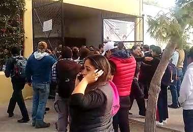 Padres de los estudiantes llegaron hasta el centro escolar tras el ataque. Foto: AFP