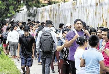 Pese a las condiciones del clima, miles de estudiantes esperaron en el ingreso del campus de la Uagrm para el registro y así postular a la 'U'. Foto: Jorge Gutiérrezª