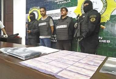 Los detenidos fueron descubiertos justo cuando sacaban dinero de un cajero de la avenida Brasil. La Policía rescató Bs 28.000 de una mochila. Foto: Guider Arancibia
