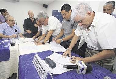 Los ministros Rojo y Ordóñez sellaron con una firma el acuerdo con los empresarios. Foto: HERNÁN VIRGO