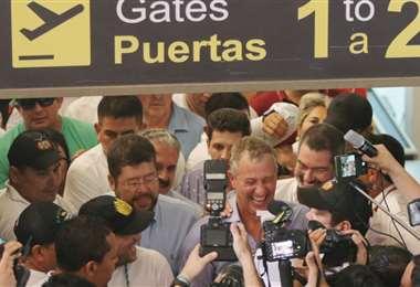 Branko Marinkovic fue recibido en el aeropuerto El Trompillo. Foto Jorge Uechi