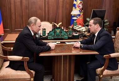 El primer ministro y expresidente ruso Dimitri Medvedev presentó este miércoles su renuncia y la de todo su gobierno al presidente Vladimir Putin