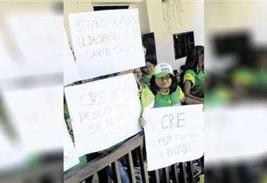 Algunos vecinos están realizando una vigilia en las oficinas de la CRE . Foto: Jorge Uechi