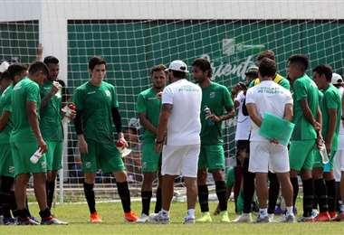 'Vitamina' conversando con el primer equipo que presentó frente a Real Santa Cruz. Foto: Hernán Virgo