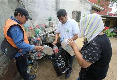 Personal de ambas instituciones, por su lado, van a lugares donde hay casos sospechosos de dengue. Foto: Archivo