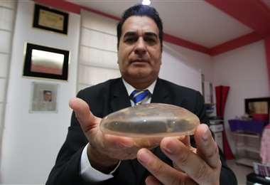 El presidente de la Sociedad Boliviana de Cirujanos Plásticos, Nadir Salaues, muestra una prótesis. Foto: Jorge Gutiérrez