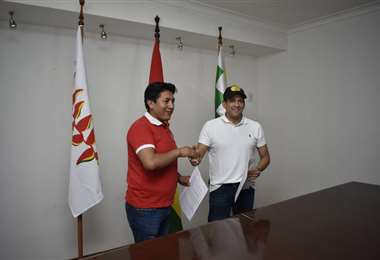 Pumari y Camacho en la firma de su acuerdo (Róger Barba)