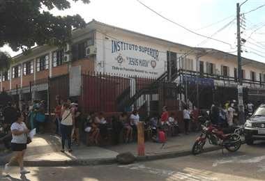 En el colegio José Malky se pueden ver filas de personas en busca de cupo. (Foto: Juan Delgadillo)