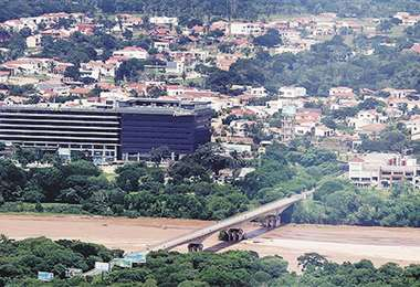 Realidad. La falta de puente ha ocasionado un 'estancamiento' en el Urubó