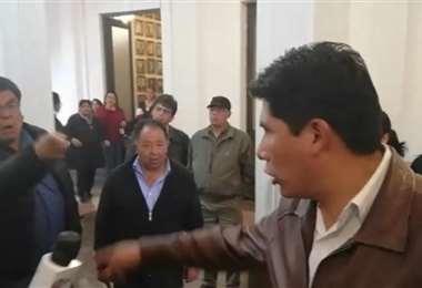 Acalorada discusión entre compañeros de partido I Foto: captura.