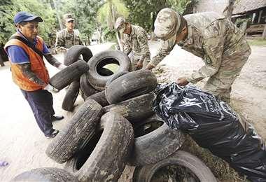 Soldados colaboran con las labores de destrucción de criaderos de mosquito. Foto: Rolando Villegas