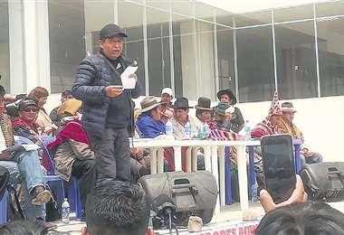 Choquehuanca habló dos veces para calmar los ánimos. Les dijo a los dirigentes que aceptaba ser candidato a vicepresidente y zanjó el conflicto. Foto: IVÁN PAREDES
