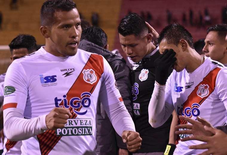 Los jugadores de Nacional Potosí celebraron al final del partido. El arquero Yimi Roca fue la figura del cotejo. Foto. APG Noticias