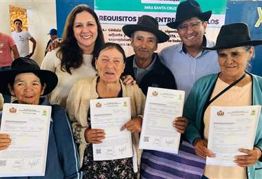 La directora del INRA en Santa Cruz junto a algunos beneficiarios