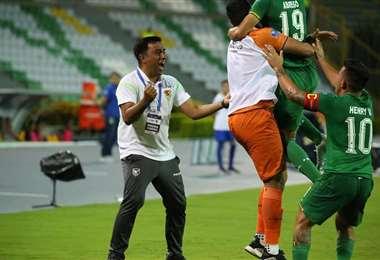 El festejo de César Farías tras el gol de Saldías