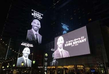 Los edificios alrededor del Staples Center muestran pantallas que rinden homenaje al ex jugador de la NBA y Los Angeles Lakers Kobe Bryant, que falleció en un accidente de helicóptero. Foto. AFP