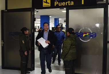 Arce Catacora saliendo con la notificación en sus manos. Foto AFP