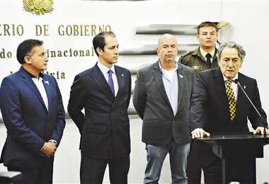 Hernann Tertsch, en conferencia de prensa, junto a Arturo Murillo, Víctor Gonzales y Fernando López