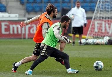 Hazard disputando el balón. Foto: @realmadrid