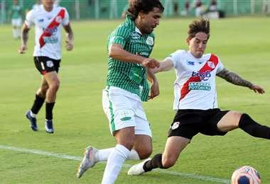 Gutiérrez se lleva la pelota ante la marca de un rival. El volante peruano puede ser hoy, en Montero, el conductor del equipo refinero. Foto: Jorge Guiérrez