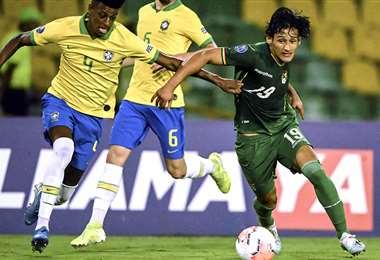 Víctor Ábrego (dcha.) sacándole provecho a una de sus mejores cualidades, la velocidad. El atacante es la sensación del Preolímpico. Foto: AFP