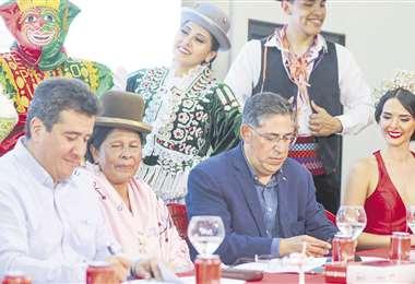 Vera, Yujra y Blazicevic al momento de la firma del acuerdo. Foto: Jorge Gutiérrez