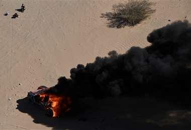 Impactante imagen. Dumas solo observa como su máquina se quema en pleno desierto. Foto. AFP