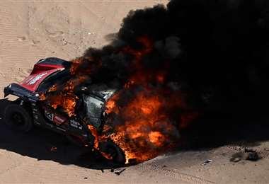 Así terminó el coche de Dumas en la primera etapa del rally en Arabia Saudita. Foto. AFP